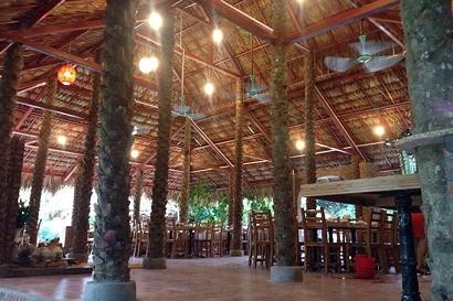 không gian nhà hàng Thế Giới Nghiêng