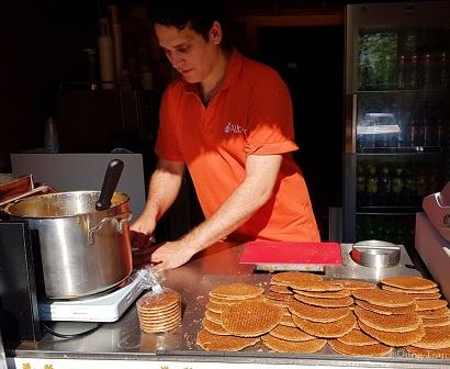 thưởng thức những chiếc bánh waffles đặc sản Hà Lan